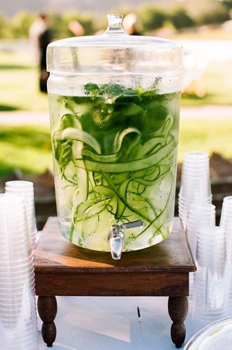 Water met komkommer en basilicum